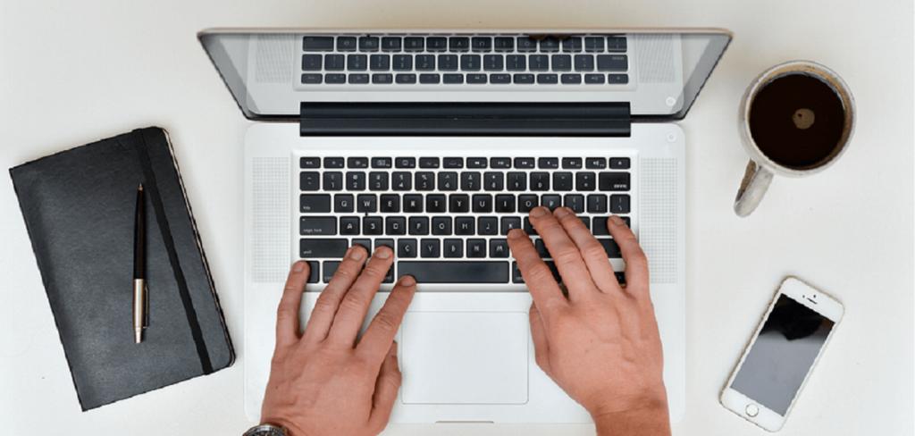 Typen op een laptop