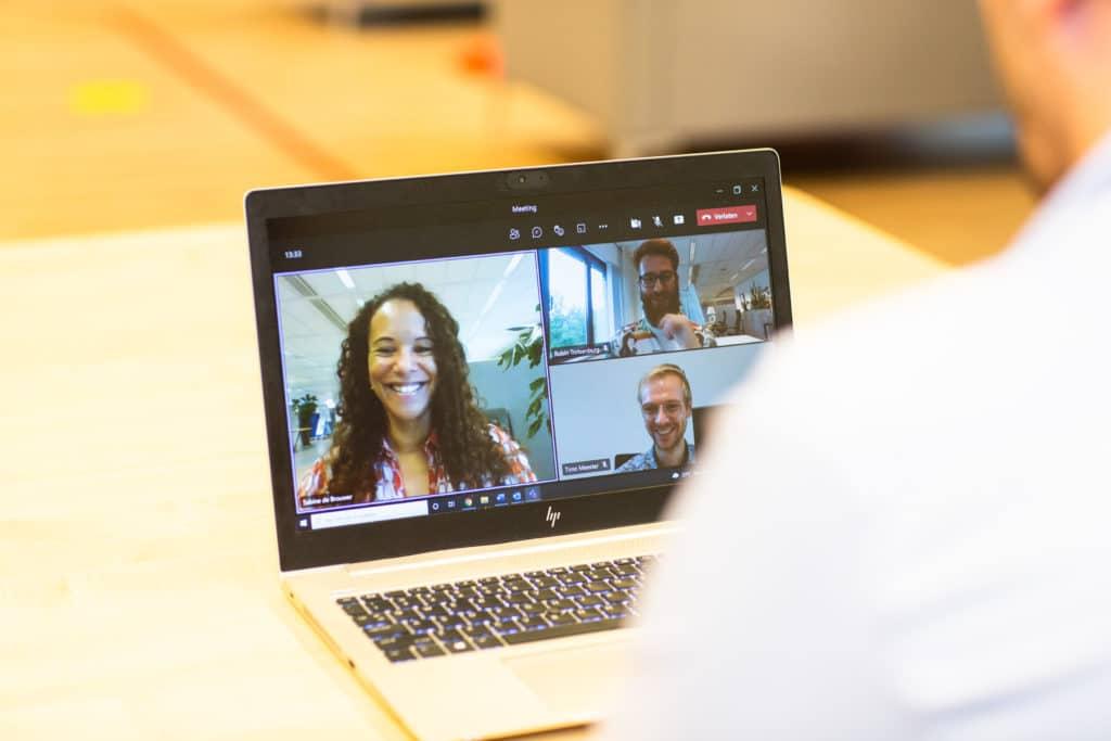 Online meeting met drie collega's