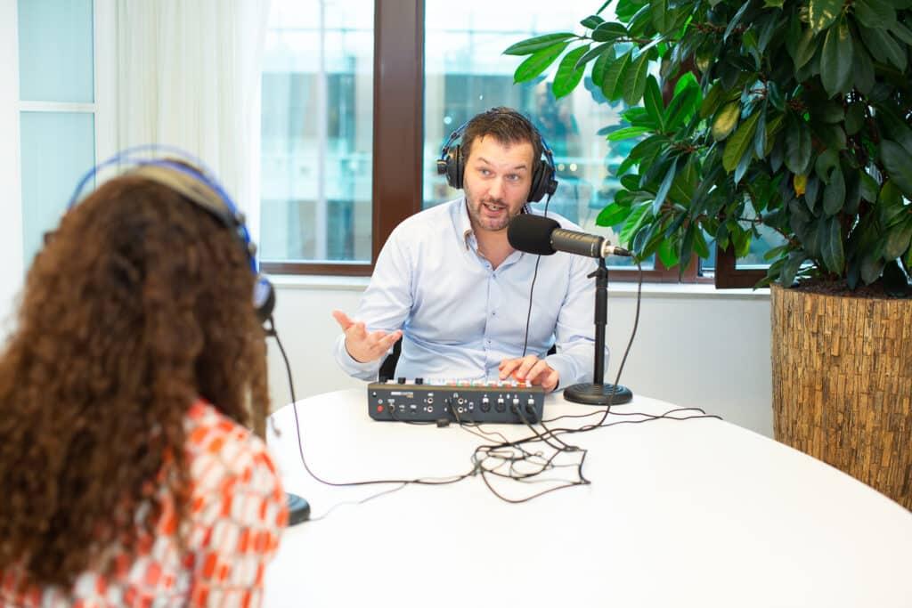 Man interviewt vrouw voor podcast