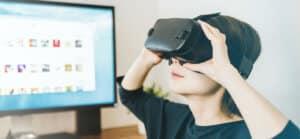 Vrouw met virtual reality-bril op haar hoofd